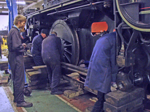 Harry Sams, Neil Smedley, Neal Woods and Jason Brown removing the side rods, watched by Roland Bingham - Nigel Hall