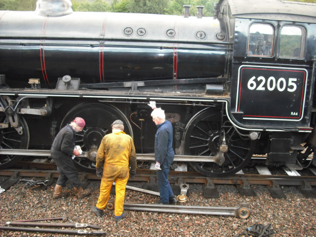After removal of the return crank and return rod, Paul Hutchinson, Nigel Hall and Dave Donnegan prepare to fit the connecting rod - John Midcalf