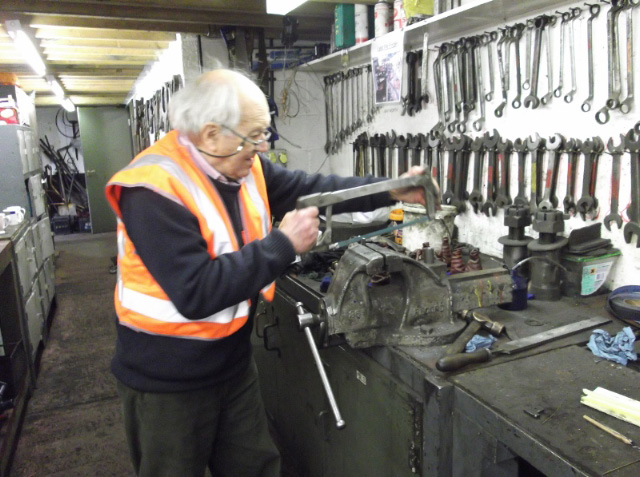 John Wilks who recently donated the large Hopetown lathe visited on Wednesday and cut a new siderod cotter. Wed 25/3/15 - Darrin Crone