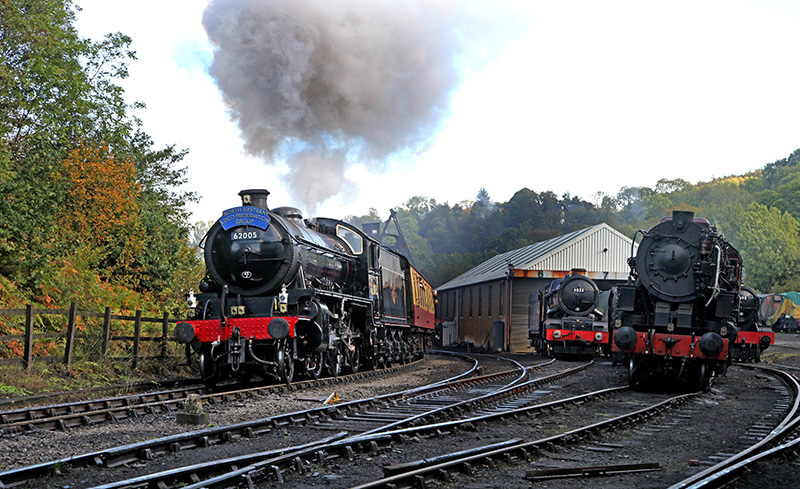 K1 on 10.00 Whitby Pickering passes a King parked on No 6 road and an S160 on No 7 - Maurice Burns